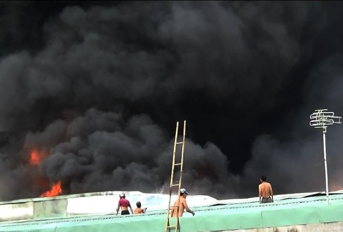 Cháy cực lớn công ty phế liệu, hàng trăm người nháo nhào tháo chạy - ảnh 4