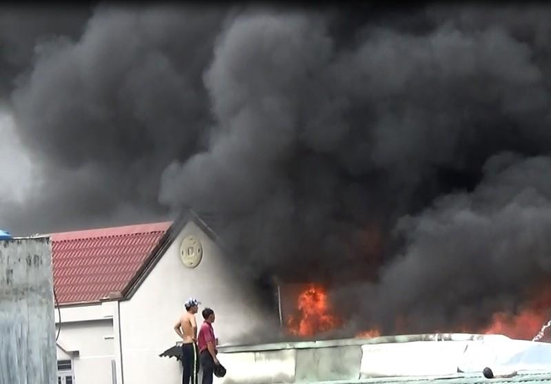 Cháy cực lớn công ty phế liệu, hàng trăm người nháo nhào tháo chạy - ảnh 5