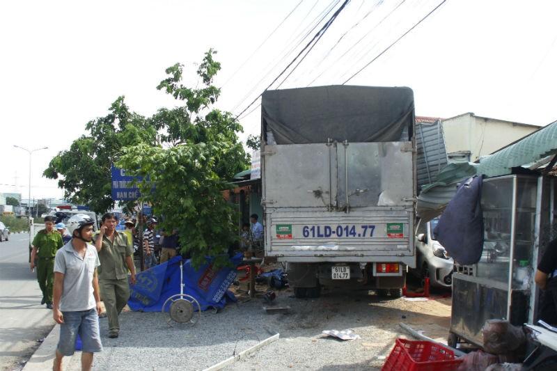 Kinh hoàng xe cẩu tông xe tải gây tai nạn liên hoàn - ảnh 1