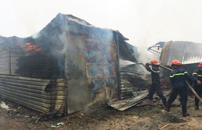 Cháy lớn, một xưởng gỗ bị thiêu rụi - ảnh 2