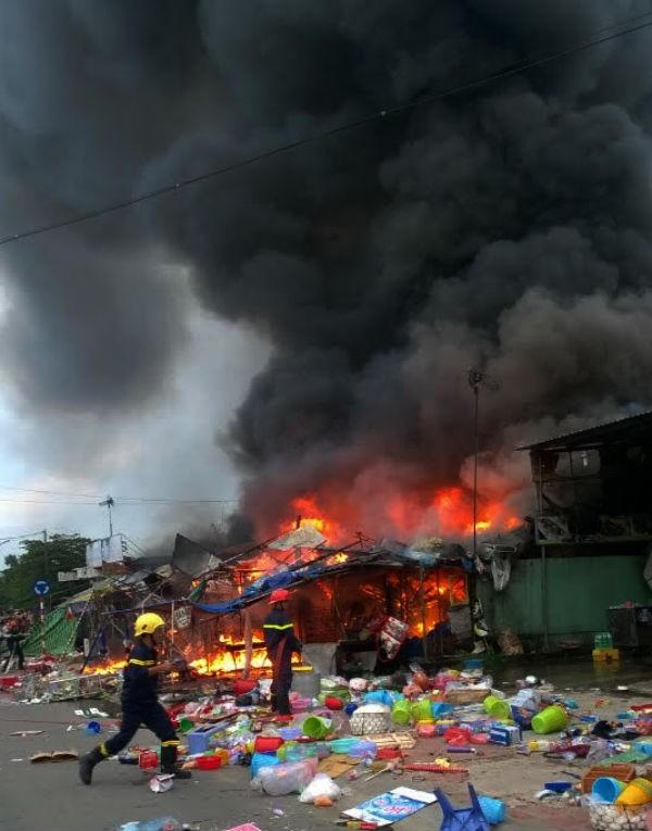 Cháy lớn ba cửa hàng trong làng ĐH Quốc gia - ảnh 1