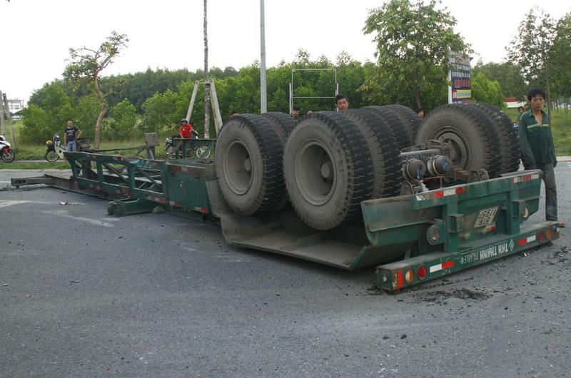 2 xe container tông bẹp dúm đầu, lật nhào trên đường - ảnh 1