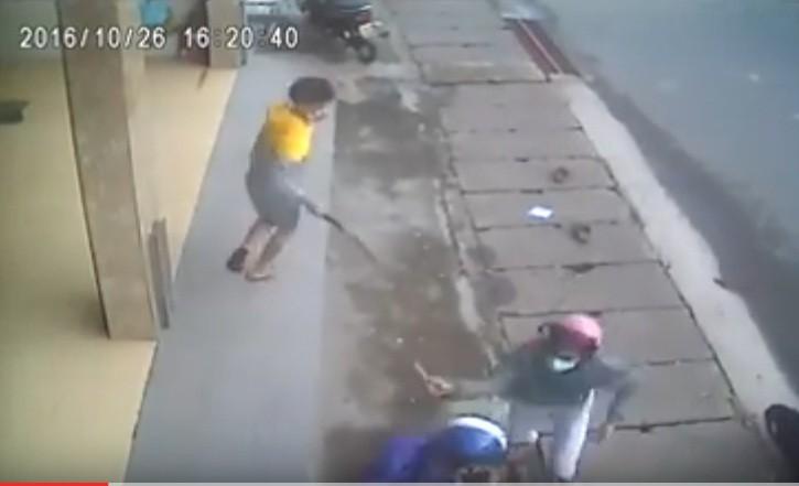 Nhóm thanh niên truy sát đối thủ kinh hoàng trên phố - ảnh 1