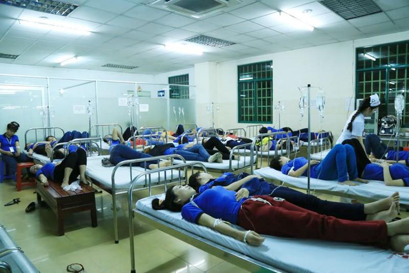 Hàng trăm công nhân nghi bị ngộ độc sau bữa ăn chiều - ảnh 2