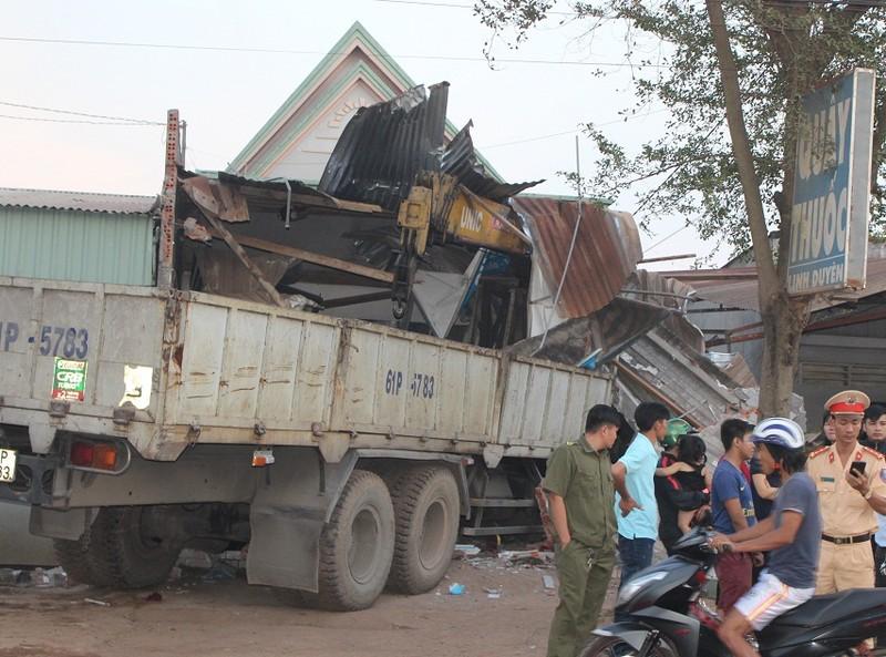 Xe tải cẩu mất lái, đâm sập nhà dân bên đường - ảnh 1
