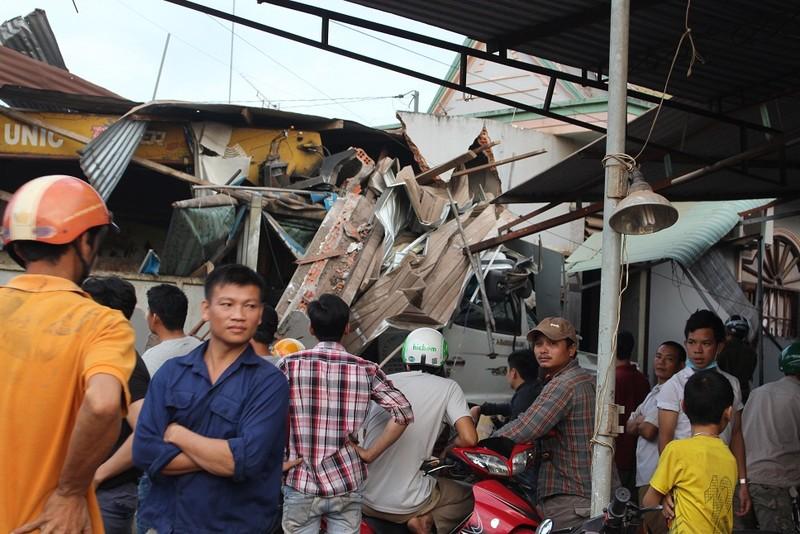 Xe tải cẩu mất lái, đâm sập nhà dân bên đường - ảnh 2