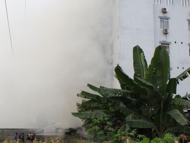 Cháy lớn kho hàng lan sang quán karaoke cạnh bên - ảnh 1