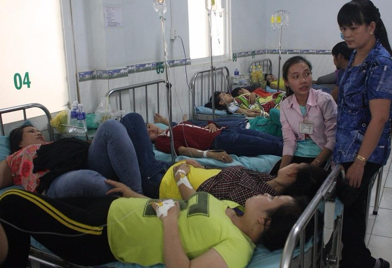 Hàng trăm công nhân nhập viện với biểu hiện nghi bị ngộ độc.
