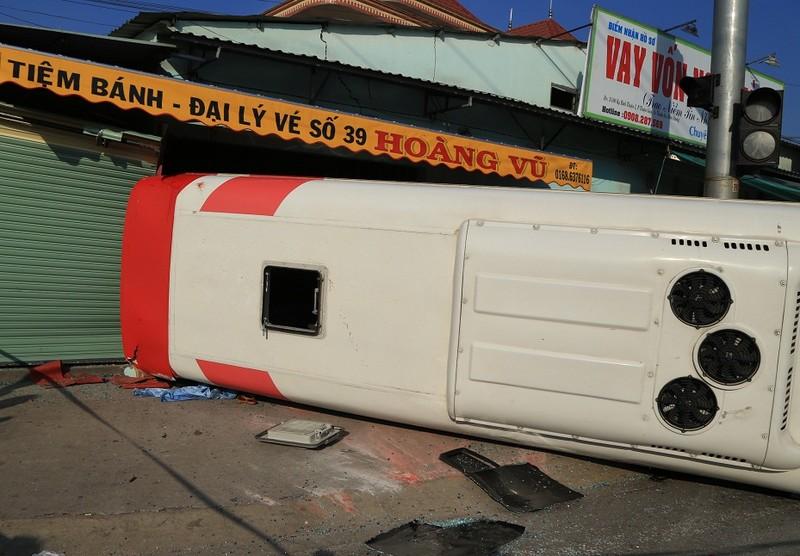 Xe khách đầu đầu container, 10 người bị thương nặng - ảnh 1