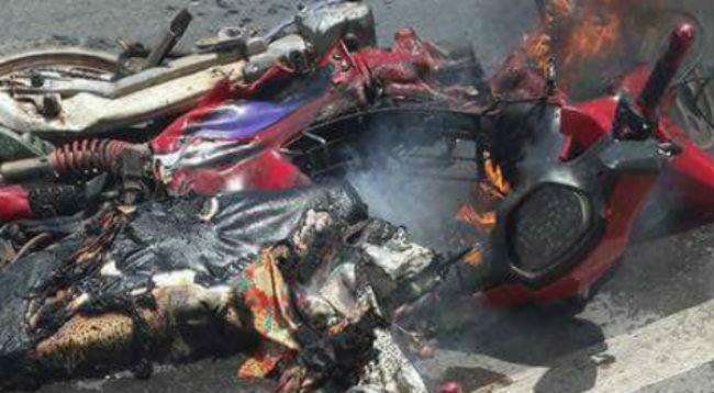 Va chạm xe tải, lửa trùm lên xe máy cùng bé trai 5 tuổi - ảnh 1
