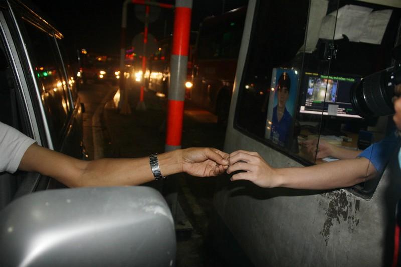 Tài xế dùng tiền xu qua trạm BOT tránh Biên Hòa - ảnh 1