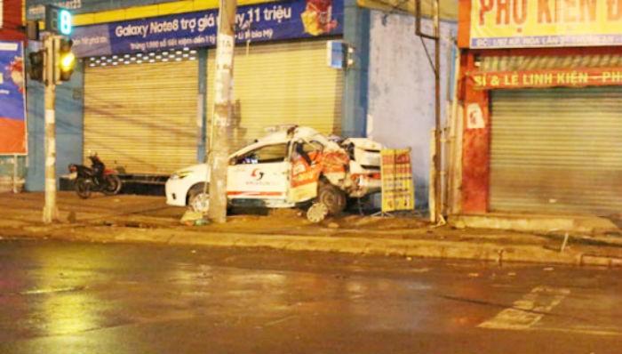 Tài xế đỗ taxi ngủ trên vỉa hè, bị container tông chết - ảnh 1