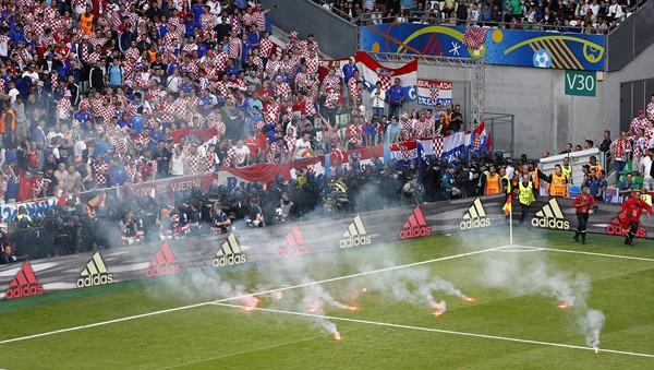Mặc cho cầu thủ van xin, CĐV Croatia vẫn phá hỏng trận đấu - ảnh 1