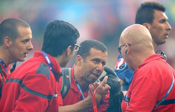 Mặc cho cầu thủ van xin, CĐV Croatia vẫn phá hỏng trận đấu - ảnh 6