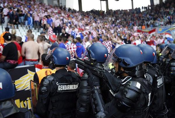 Mặc cho cầu thủ van xin, CĐV Croatia vẫn phá hỏng trận đấu - ảnh 8