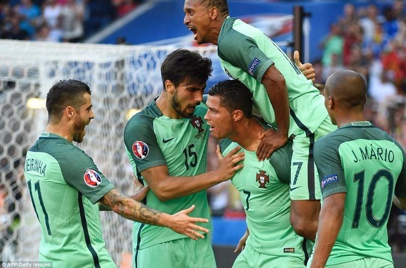 Ronaldo cùng đồng đội ăn mừng sau khi ghi bàn vào lưới đội Hungary