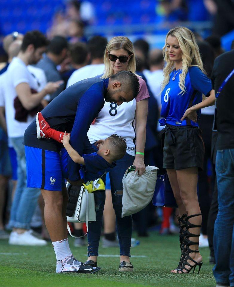 WAGs xinh đẹp và nóng bỏng của tuyển Pháp xuống sân ăn mừng - ảnh 5