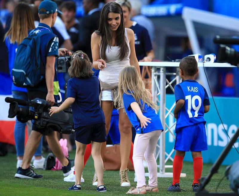 WAGs xinh đẹp và nóng bỏng của tuyển Pháp xuống sân ăn mừng - ảnh 6