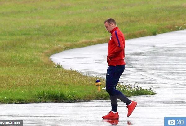 Wayne Rooney cô đơn trở về Manchester