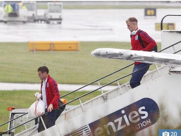 Các cầu thủ Anh trở về nhà trong một buổi chiều mưa tầm tã...