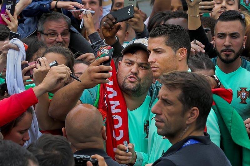 Cristiano Ronaldo chụp ảnh 'tự sướng' với fan trước trận gặp xứ Wales  - ảnh 2