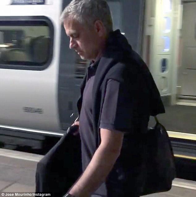 Mourinho trở lại Manchester, chính thức bắt tay vào công việc - ảnh 4