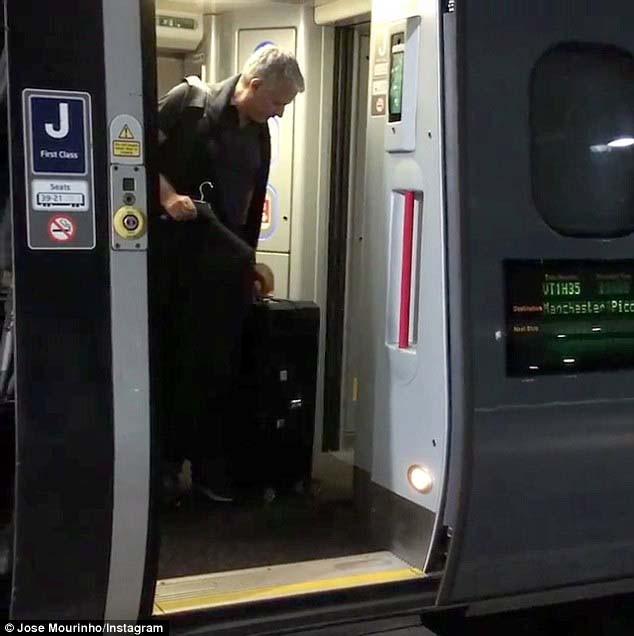 Mourinho trở lại Manchester, chính thức bắt tay vào công việc - ảnh 2