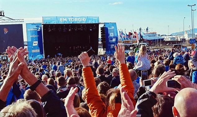 Người dân Iceland đón đội bóng trở về như những người hùng - ảnh 4
