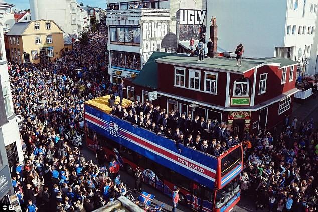 Người dân Iceland đón đội bóng trở về như những người hùng - ảnh 2