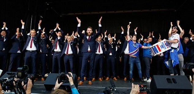 Người dân Iceland đón đội bóng trở về như những người hùng - ảnh 1