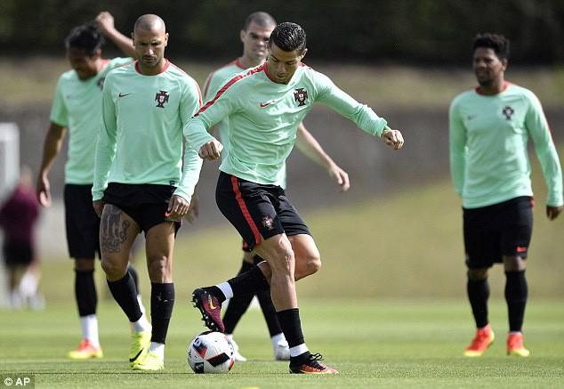 Cristiano Ronaldo: 'Chiếc cup Euro nữa là hoàn hảo!' - ảnh 3