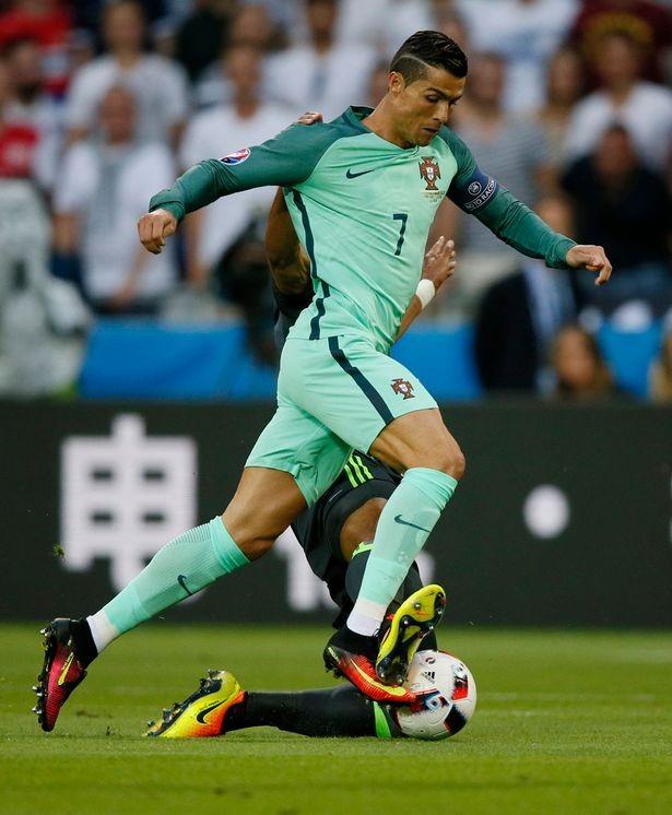 Chuyện Ronaldo thay áo 2 lần trong trận gặp xứ Wales và những điều chưa biết  - ảnh 1