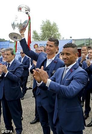 Ronaldo ôm khư khư cúp vô địch trên chuyến bay về nhà - ảnh 6