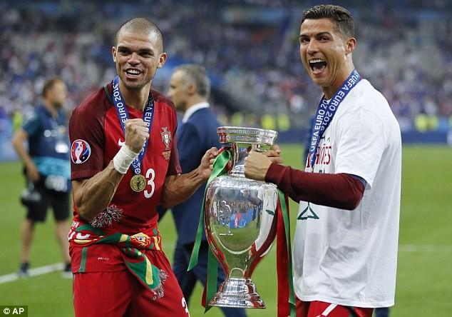 HLV Fernando Santos ca ngợi Ronaldo lên tận mây xanh - ảnh 4