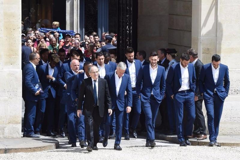 Tổng thống Pháp, Francois Hollande cùng HLV Didie Deschamps tiến vào điện Elysee