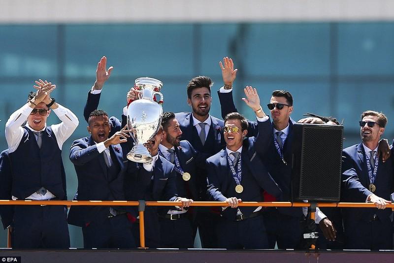 Nani sung sướng vì được Ronaldo tặng giày bạc - ảnh 5