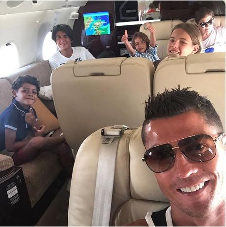 Ronaldo thuê máy bay đi chơi với gia đình sau chấn thương - ảnh 3