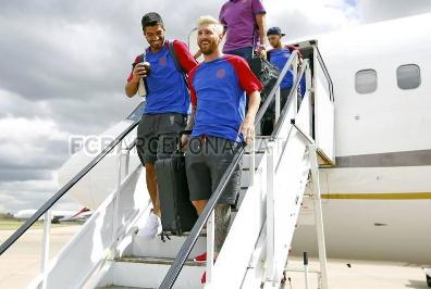 Messi và Suarez tươi cười bước xuống máy ba