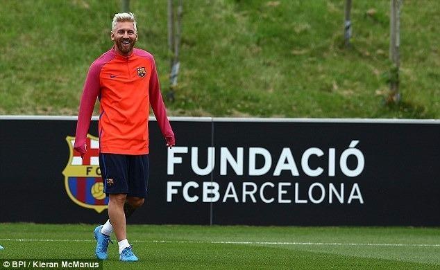 Messi tươi cười với kiểu tóc mới