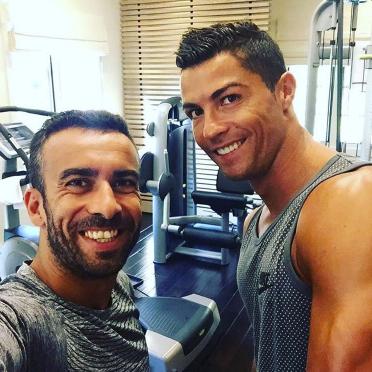 """Ronaldo """"tự sướng"""" với một fan trong phòng tập"""