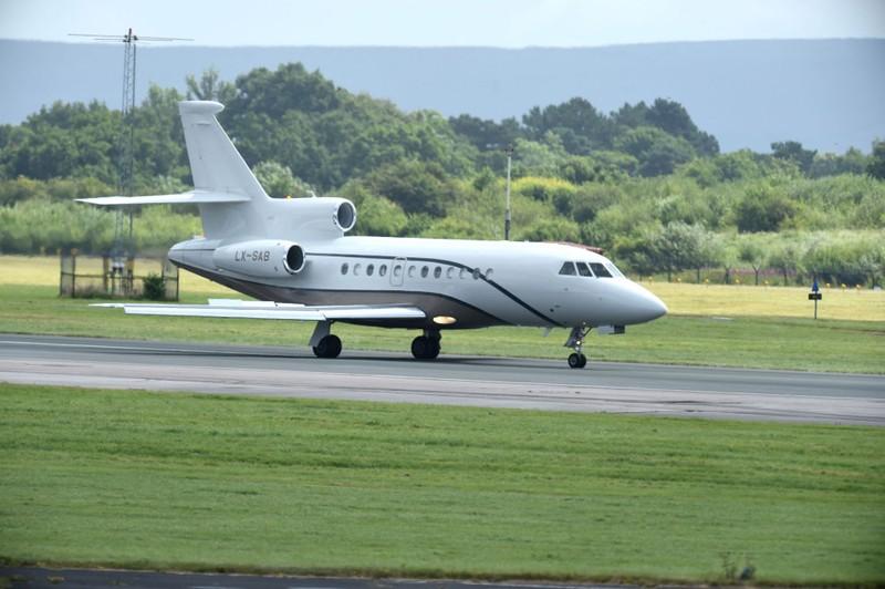 Chiếc máy bay riêng Pogba và mẹ hạ cánh xuống Manchester