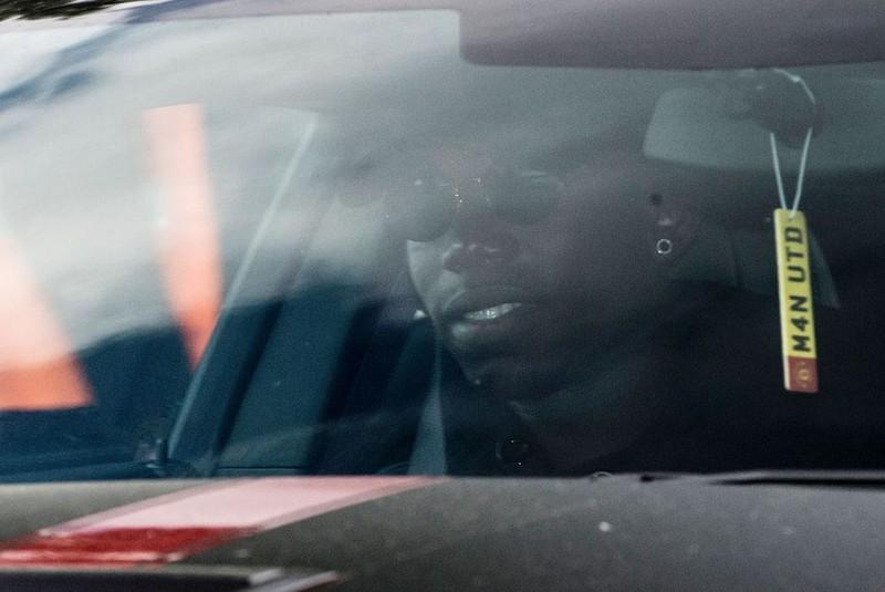 Paul Pogba mang theo mẹ đến Manchester bằng máy bay riêng - ảnh 3