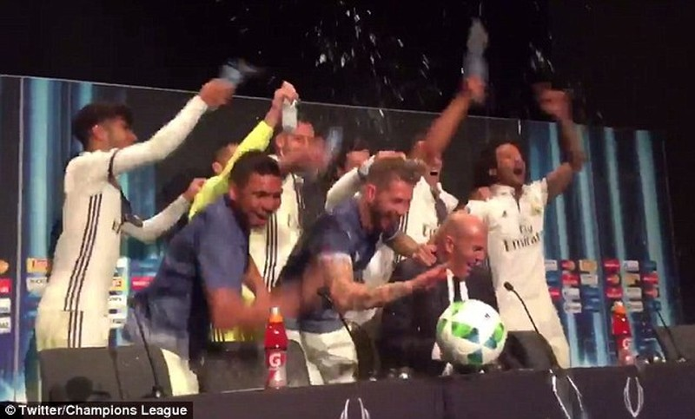 Ramos xoa đầu HLV Zidane để ăn mừng chiến thắng - ảnh 4