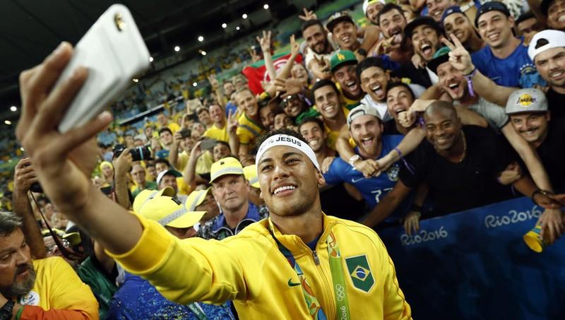Neymar chia sẻ niềm vui chiến thắng với NHM