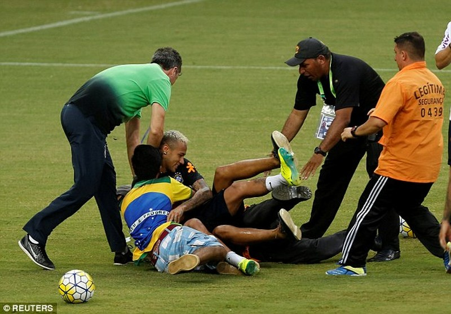 Neymar biểu hiện đẹp khi bị fan cuồng 'tấn công' - ảnh 2